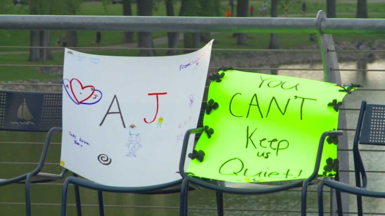 Organizers offer suicide warning sign tips.