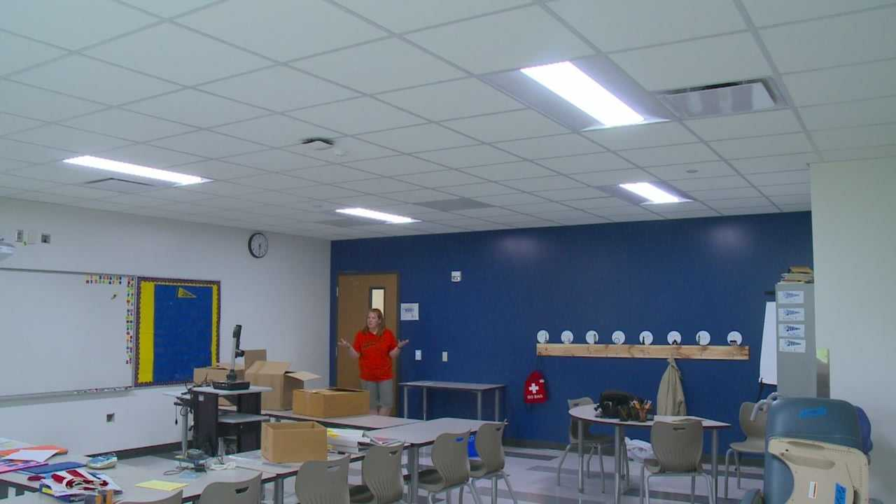 The Des Moines School District has implemented new lighting systems to find out if the color of a classroom will help students preform better in school.