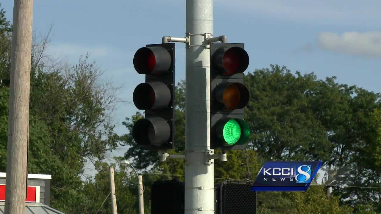 A new $800,000 plan will update 25 intersections in Des Moines with more modern traffic lights.
