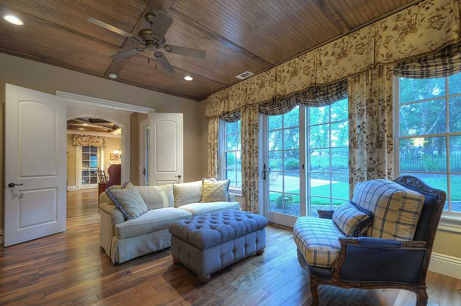 This home has plenty of lighting, soaring ceilings and detailed crown moldings.