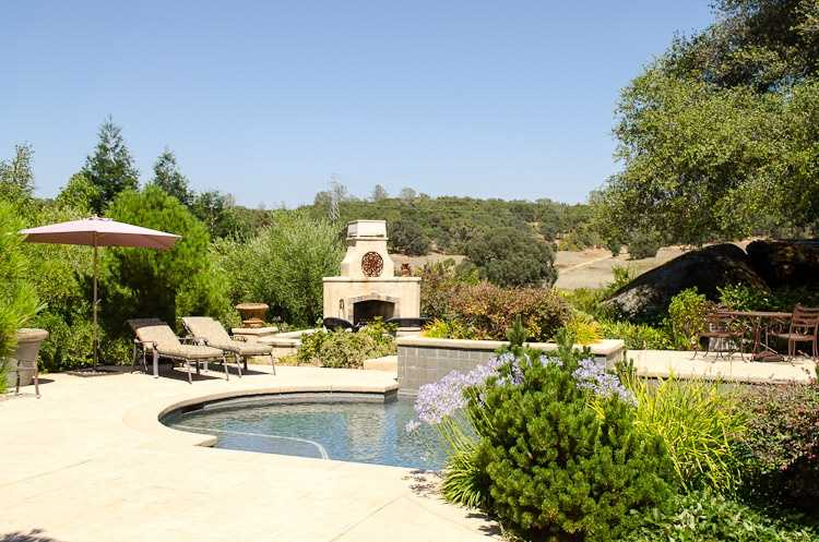This home has this swimming pool and outdoor chimney.