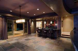 This open room, equipped with a bar, is ideal for entertaining.