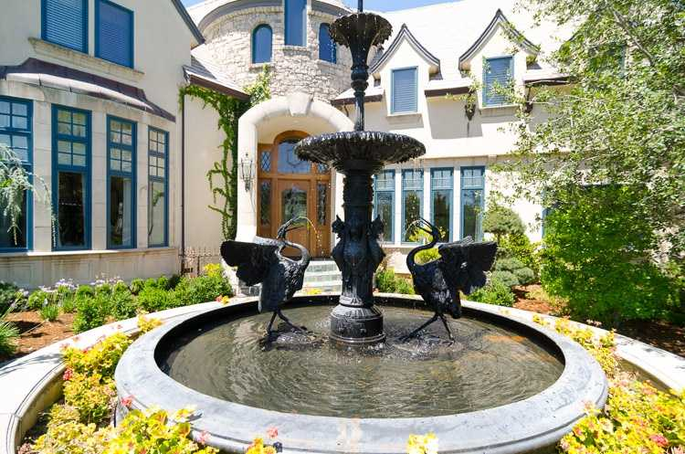 It also boasts this fountain.