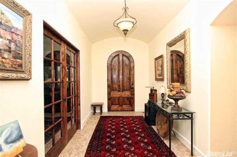 The home's foyer features high ceilingsand rich details.