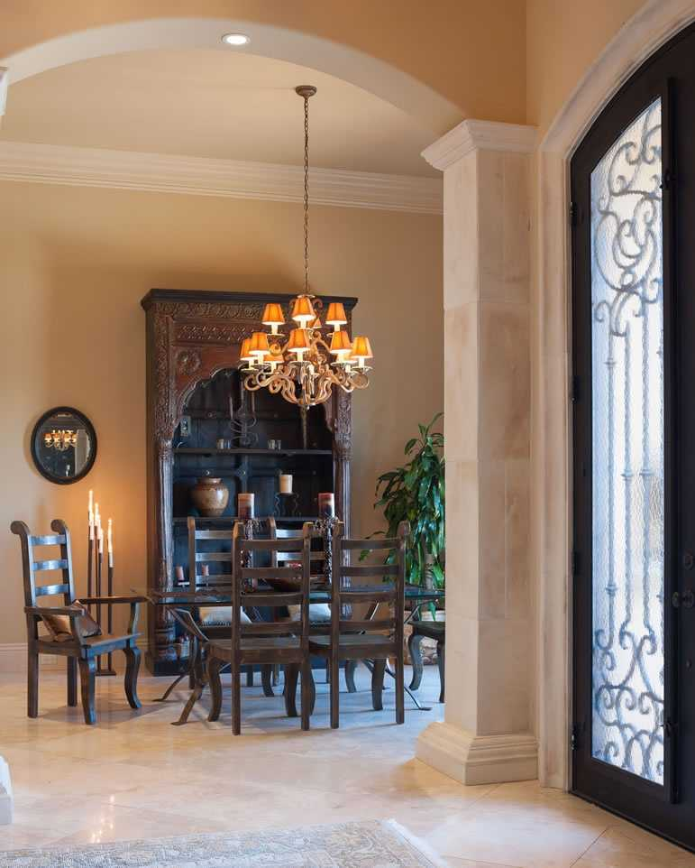Dining room right off the entryway