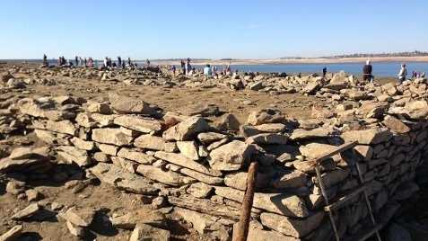 Here's a look atthe Mormon Island ruins at Folsom Lake. When the lake is filled,the ruins are covered with water.