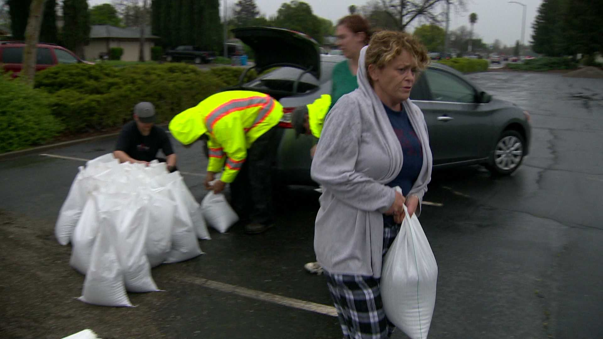 Vacaville resident Jennifer Davis loads sandbags into her car trunk.
