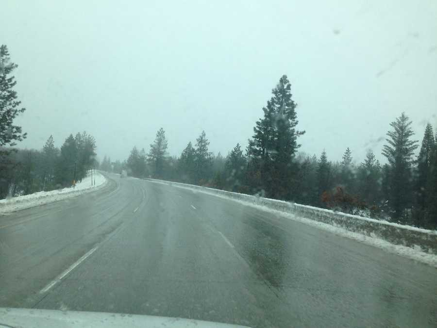 The steady snow in the Sierra on Sunday brings beauty and issues for drivers travelling in the mountains.