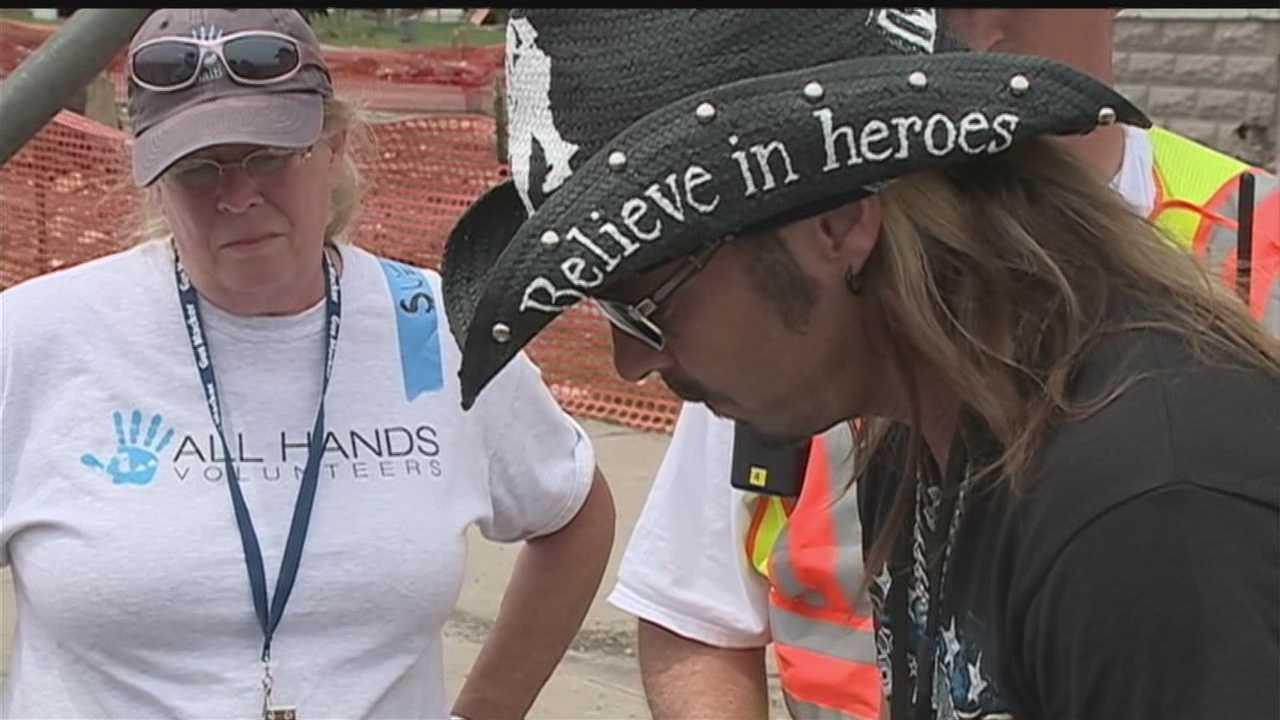 Bret Michaels helps clean up Pilger