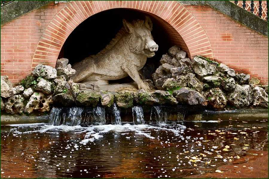 This razorback stands guard over a fountain in Madrid, Spain.