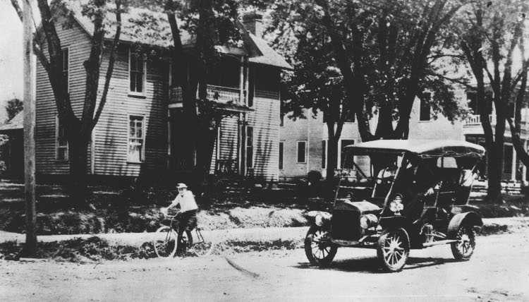 First automobile in Fayetteville, in 1907.