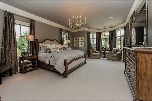 How lovely is this master bedroom? With its many windows, you'll never be for a lack of natural light in this room!