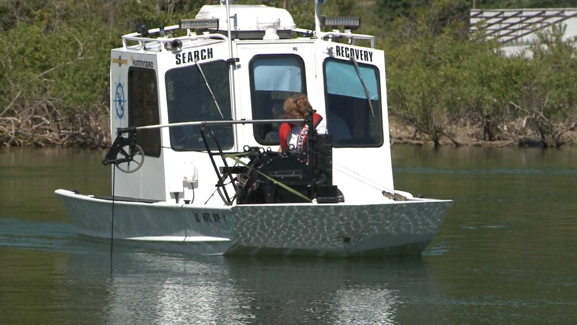 Boats and divers took to Lake Tenkiller again on Friday to try to find the body of a missing hiker who is believed to have been murdered.