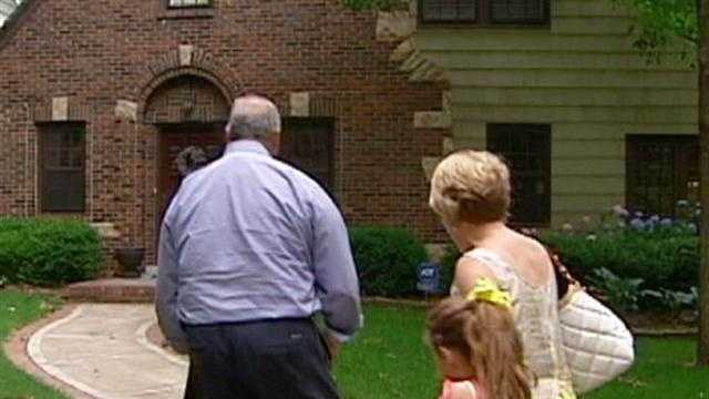 Mortgage rates drop to new lows Thursday and the average rate for a 15-year mortgage drops below 3 percent for the first time. KMBC 9's Martin Augustine reports.