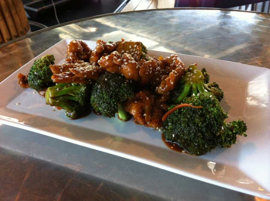 Orange chicken w/local vegetables (lightly sautéed chicken - orange sauce - orange zest - broccoli - carrots - green onion)