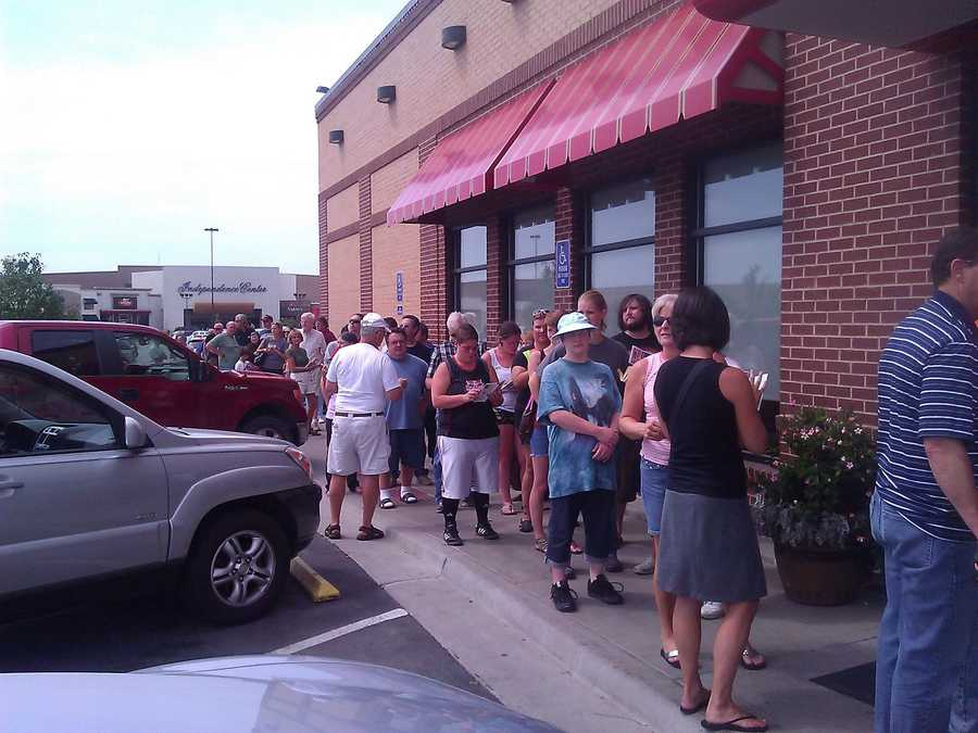 People lined up at the restaurant in Independence, Mo.