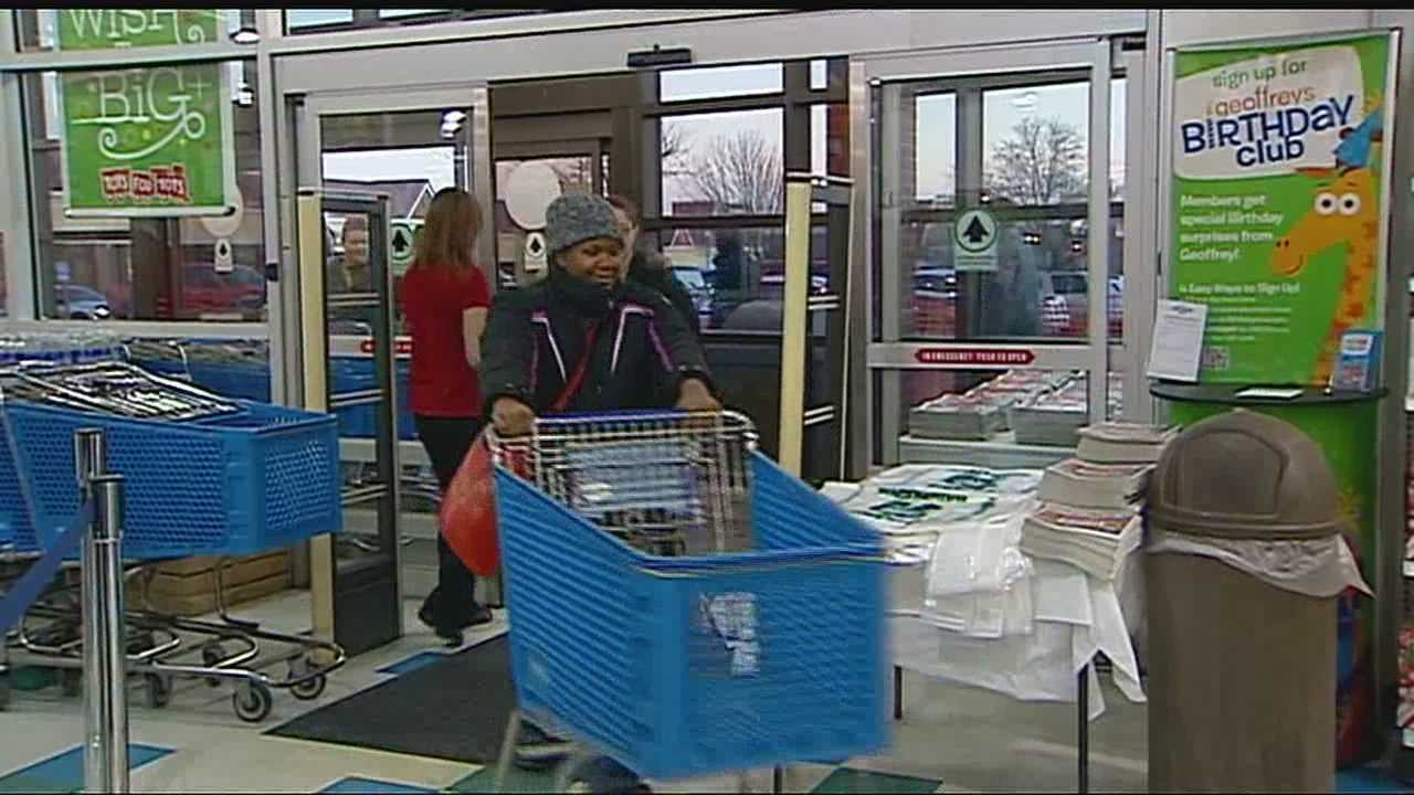 Thanksgiving hours bring shoppers to the stores