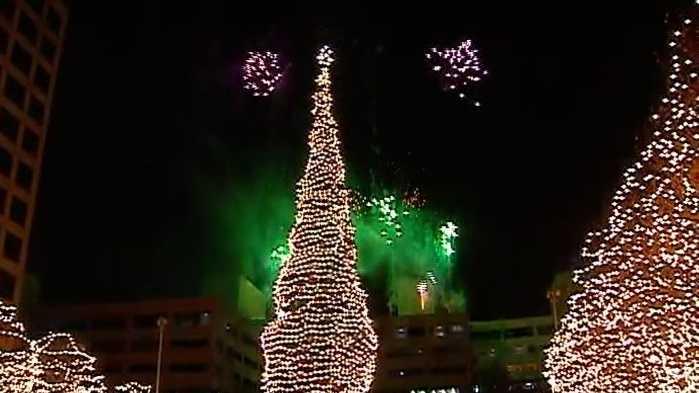 Mayor's Christmas tree lights up Crown Center