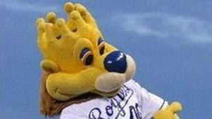 Royals mascot Sluggerrr and Mr. Met have words on Twitter over Mrs. Met.