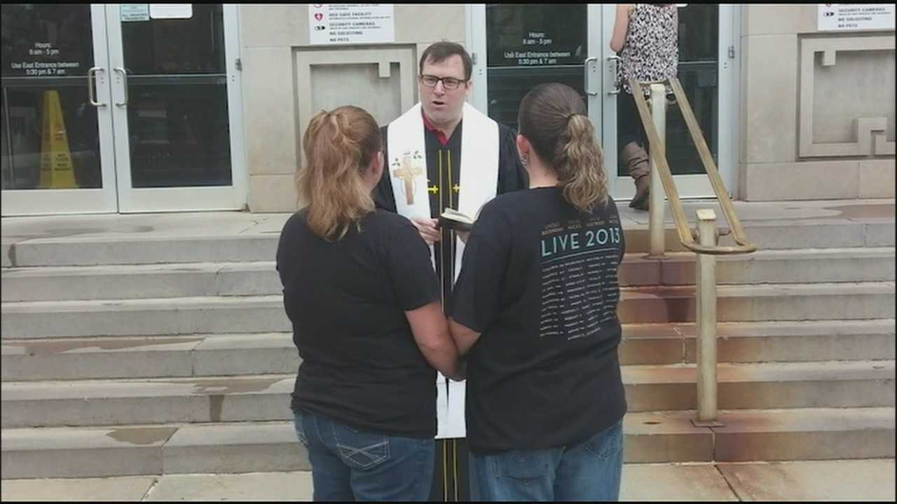 After applying for a marriage license in Johnson County early Thursday, Kaci Campbell and Kim Gardner exchanged vows with a pastor on the steps outside.