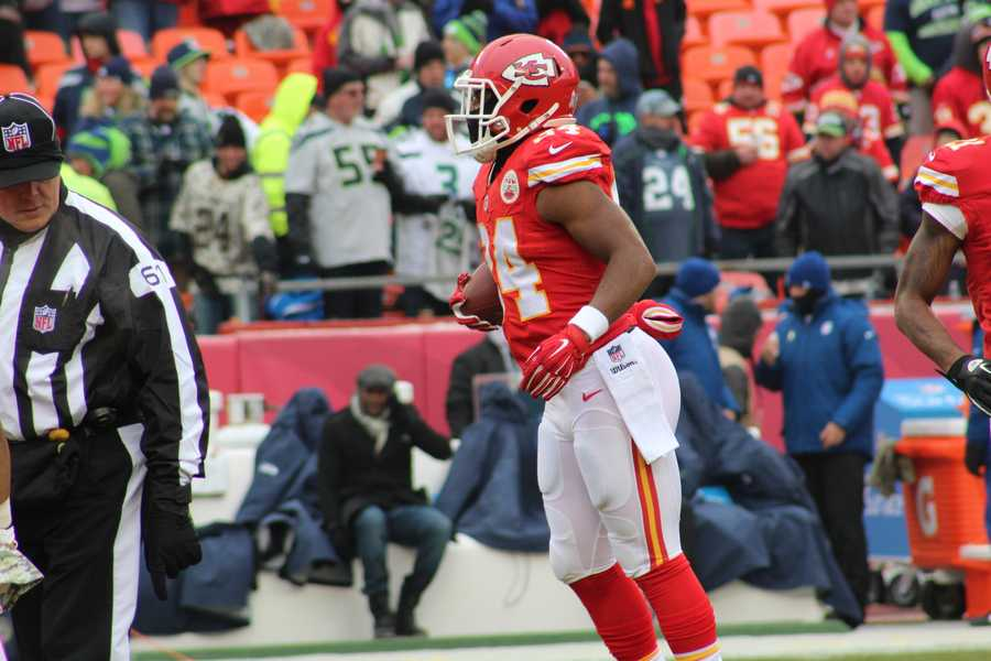Chiefs running back Knile Davis rushes for a touchdown in the 4th quarter to give Kansas City a 24-20 lead.