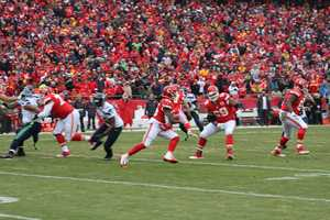 In the first half, Chiefs running back Jamaal Charles rushed 8 times for 78 yards and two touchdowns. The Chiefs led 14-13 at halftime.