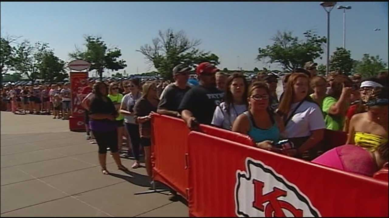 Despite extreme heat and humidity, fans of pop sensations One Direction pack Arrowhead Stadium for Tuesday night's show.