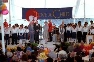 """Nancy Reagan sings with Frank Sinatra, Johnny Grant and Nika Costa at the """"To Love a Child"""" luncheon at the White House. (Oct. 19, 1982)"""