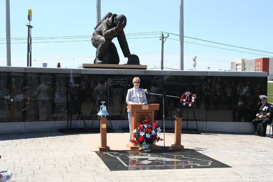Harriet Vaucher of the Missouri Funeral Service Team delivers the memorial service address.
