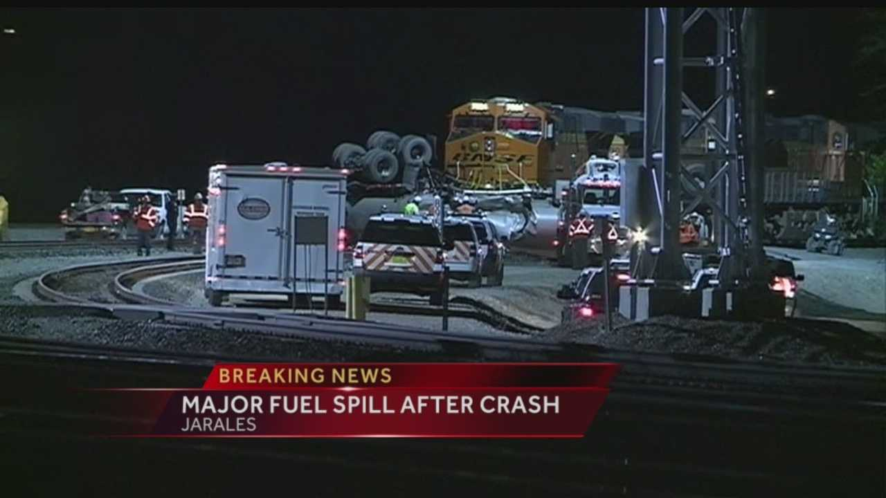 A train has collided with a fuel truck in Jarales.