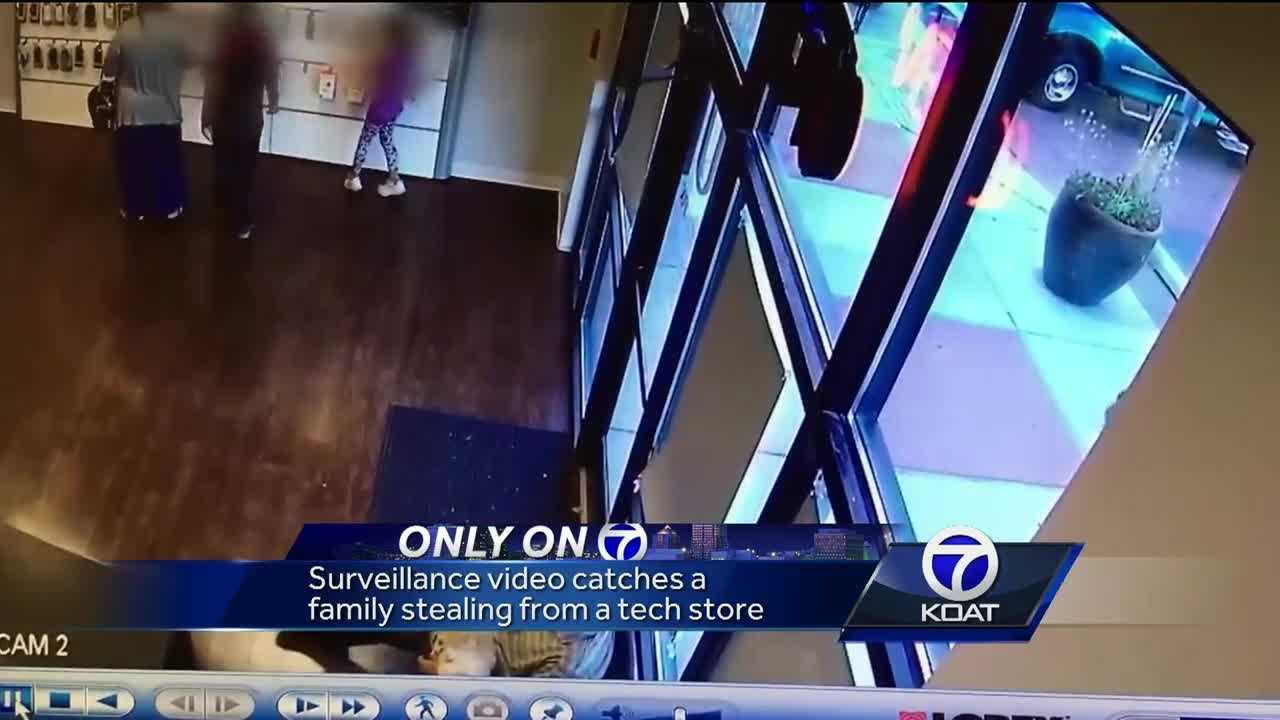 Video: Family steals from cellphone repair store