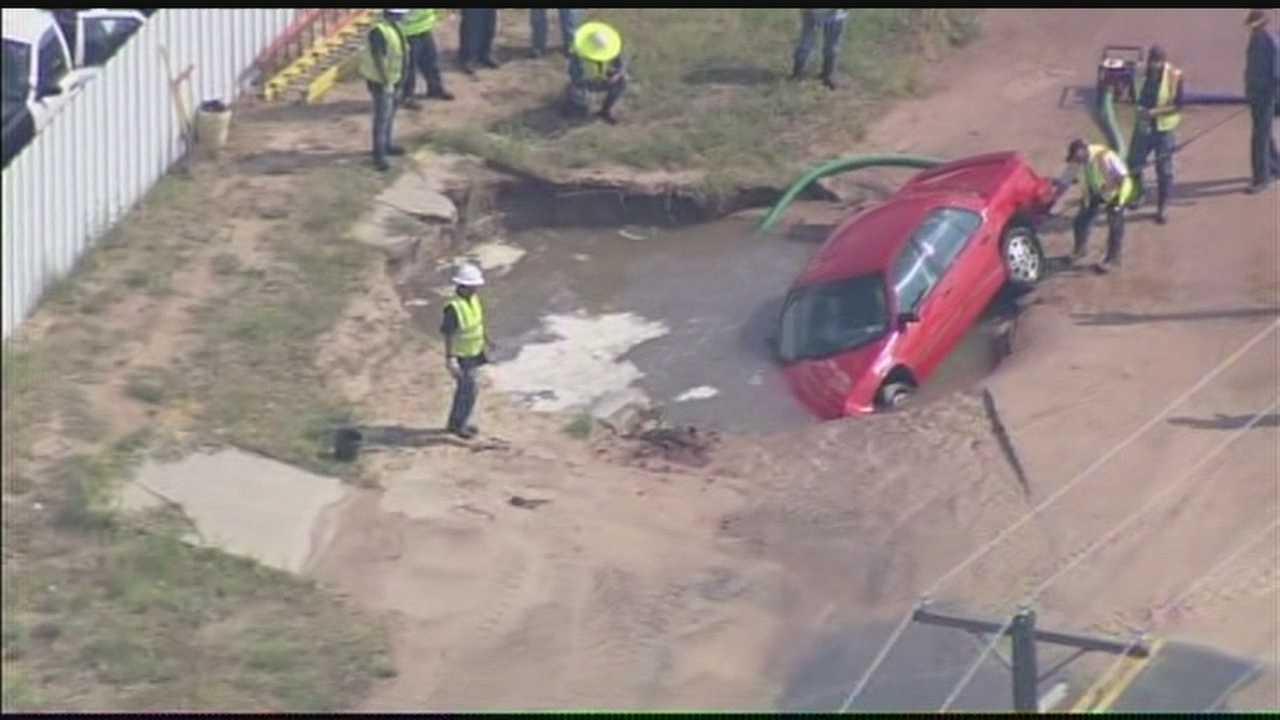 img-Car falls into OKC sinkhole Driver passenger escape 6P H