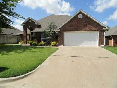 For $198,000 you can get this 2,054 sq foot home in Southwest Oklahoma City. That's $96 a sq foot. It has 3 bedrooms, 3 bathrooms and was built in 1995.