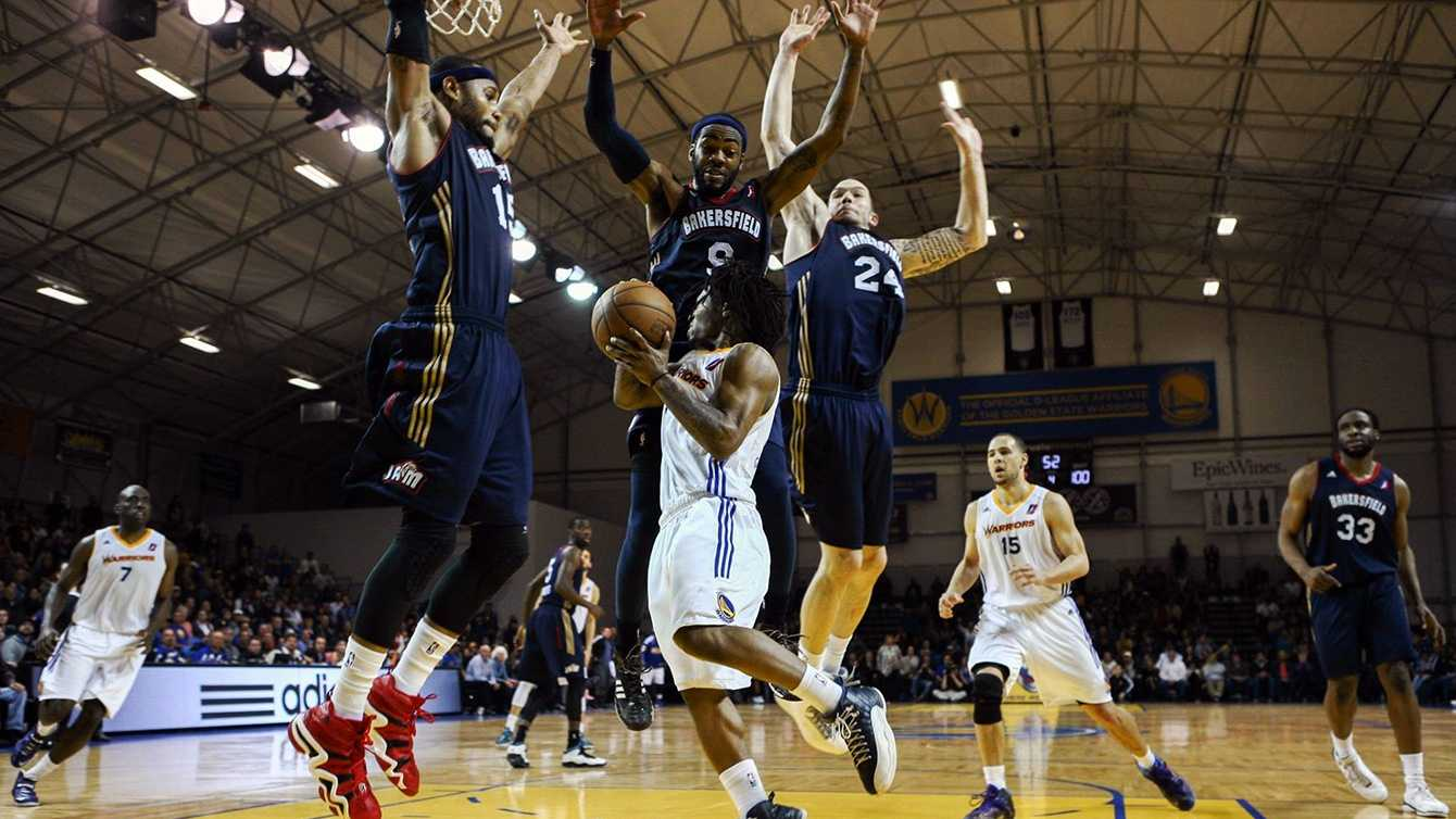 Despite being triple-teamed, Kiwi Gardner found Daniel Nwaelele for the game-winning layup with 3.1 seconds left to defeat Bakersfield. (April 1, 2014)