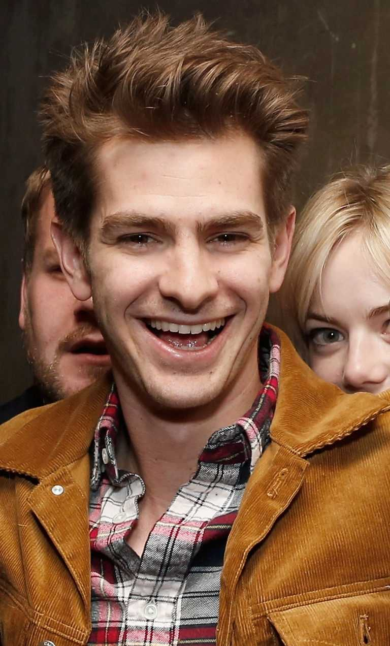 Emma Stone to Andrew GarfieldAwwwww! This photobomb is def #relationshipgoals.