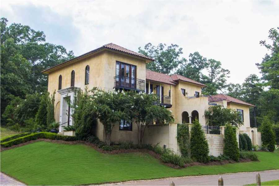 Location: 120 Old Trace Rd, Madison, MSBuilt on the Ross Barnett Reservoir, this home has stunning views from every room. The home includes four bedrooms, three bathrooms, and is featured on realtor.com.