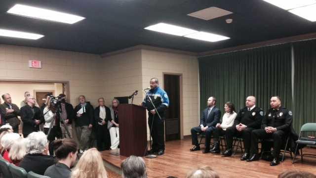 JPD Chief Lee Vance speaks to Belhaven residents.