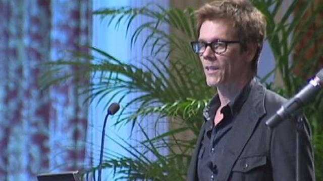 Kevin Bacon talks to students at the University of Maryland.