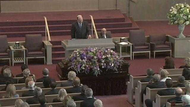 Rabbi Andrew Busch presides over Art Modell's funeral.