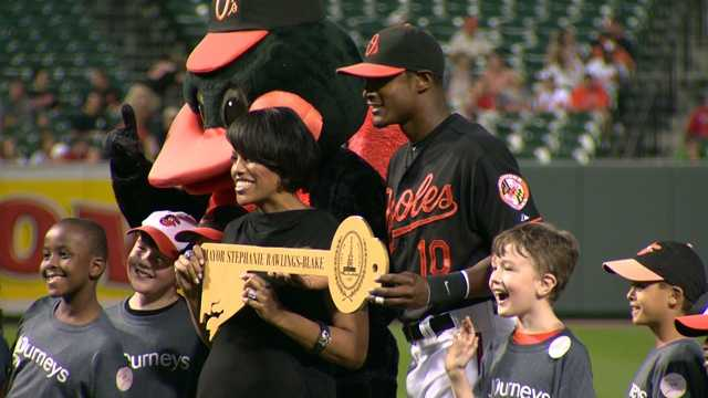 Baltimore Mayor Stephanie Rawlings-Blake presents to Adam Jones the key to the city.