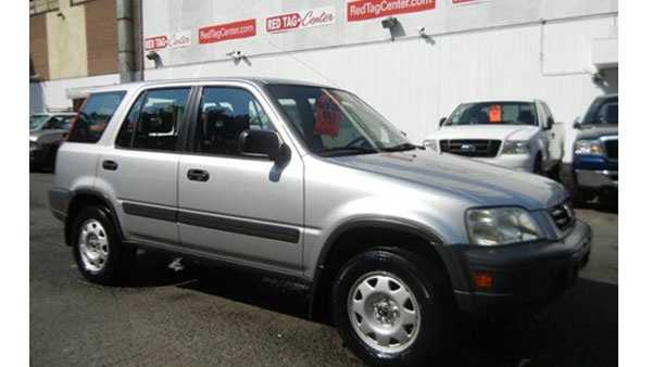 The possible suspect vehicle is described as a light-colored 1995 to 2001 Honda CR-V similar to the one pictured above.