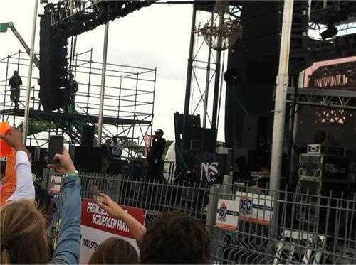 Nas performing in infield