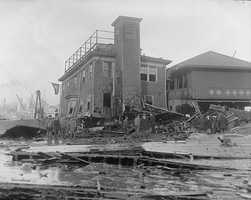 6 members of the paving company died, and a firefighter drowned in the molasses.