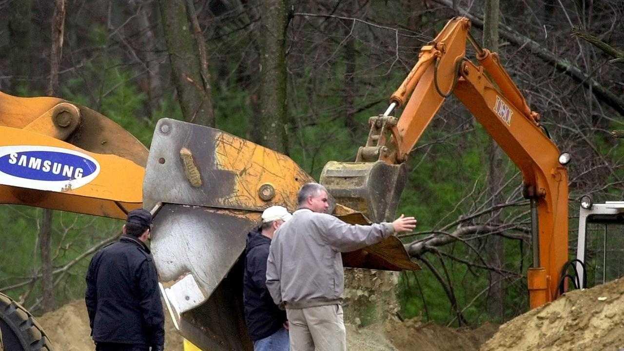 Investigators search for Bulger's alleged victims at the Hopkinton Sportmen's Association on Nov. 20, 2001.