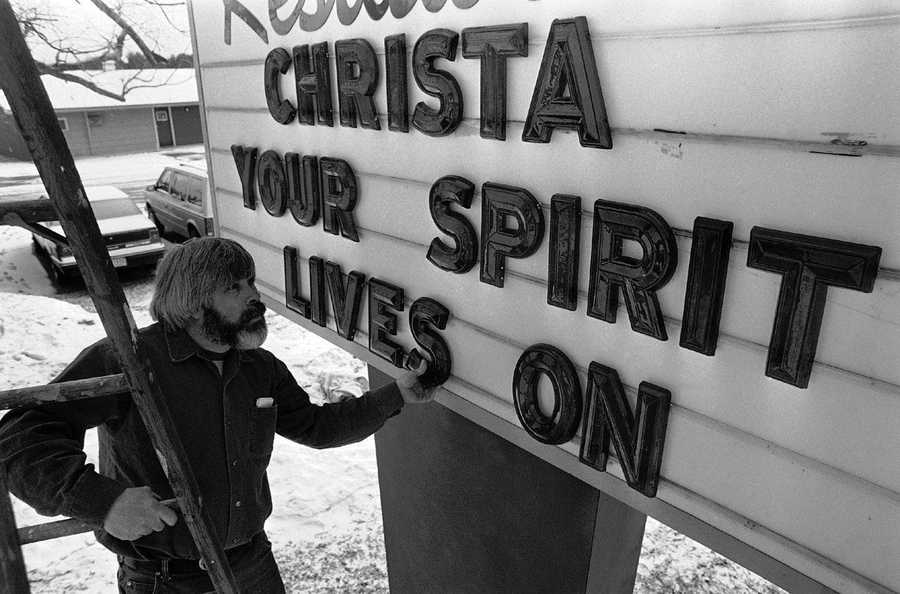 Richard Greene adjusts a letter as he sets up a billboard outside a Concord, New Hampshire motel on Thursday, Jan. 30, 1986.