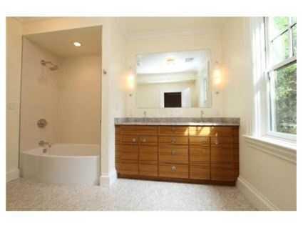 The spa bath has a steam shower