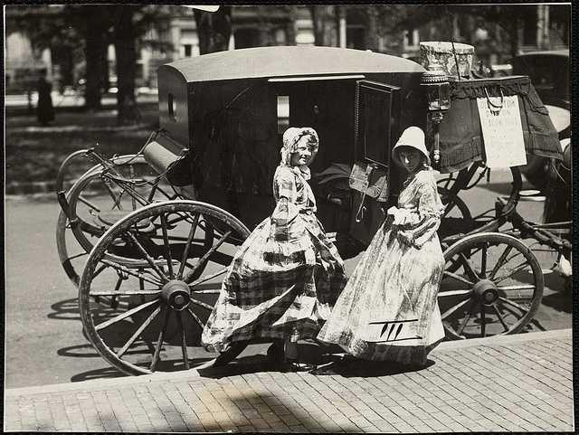 Parking appears plentiful in 1925.