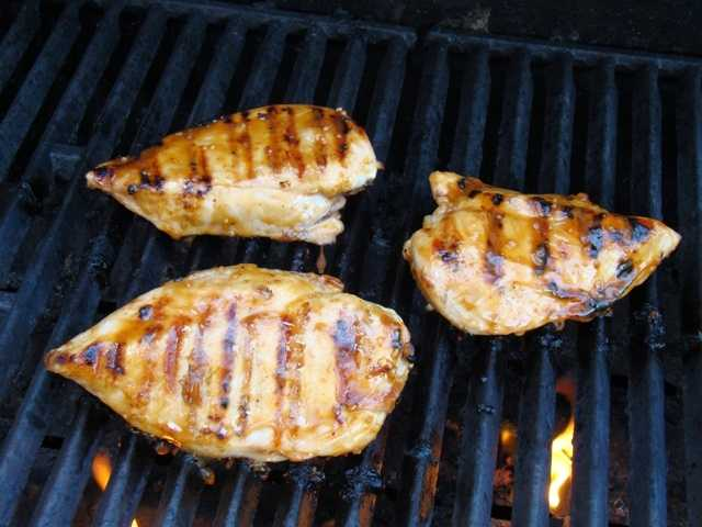 Protein-rich foods like grilled chicken allow the body to build muscle mass, which in turn burns more calories.