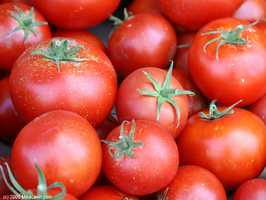 In addition to berries, experts recommend adding antioxidant-rich items like cooked tomatoes and green tea to your daily diet.