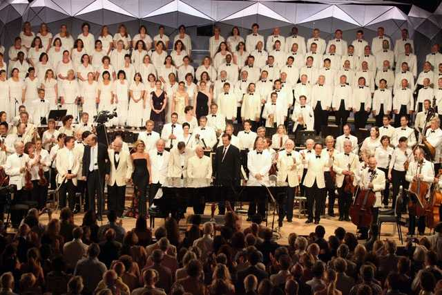 All of the performers at the Tanglewood 75th Anniversary Concert take a bow after the finale.